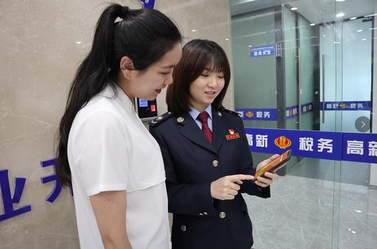 贵阳高新区税务工作人员在给纳税人做纳税辅导
