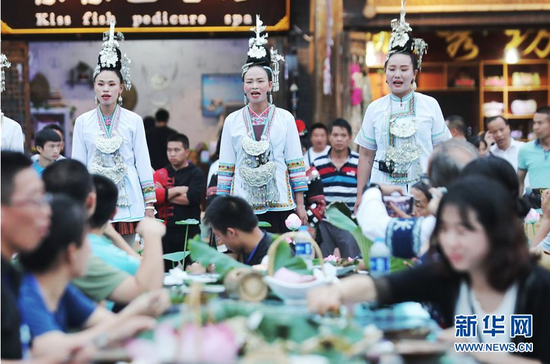 7月2日,侗族同胞在丹寨万达小镇内为游客演唱侗族大歌。2017年7月,贵州省丹寨县的丹寨万达小镇对外开放。两年来,丹寨万达小镇游客接待量持续增长,为700余名贫困户提供就业岗位,有力助推了丹寨县的脱贫攻坚工作。新华社记者 欧东衢 摄