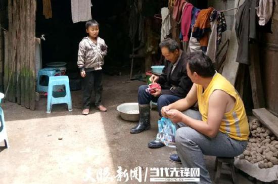 李绍山(黄色背心)到河边组王朝军户询问脱贫需求