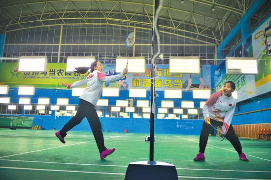 程和芳(左)和杨秋霞是中国残奥精英的队员,全国不到十人。还是最有希望夺取2020年东京残奥会羽毛球金牌的种子选手。