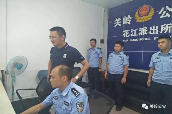 杨剑深入花江派出所检查督导新中国成立70周年大庆