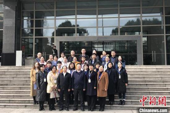 图为公众代表在贵州省政府楼前合影。 杨茜 摄
