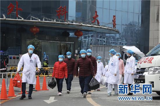 医护人员送4名患者出院。新华网 卢志佳 摄