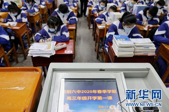 3月16日,贵阳市第六中学高三学生在开学第一堂课开始前自习。新华社记者 欧东衢 摄