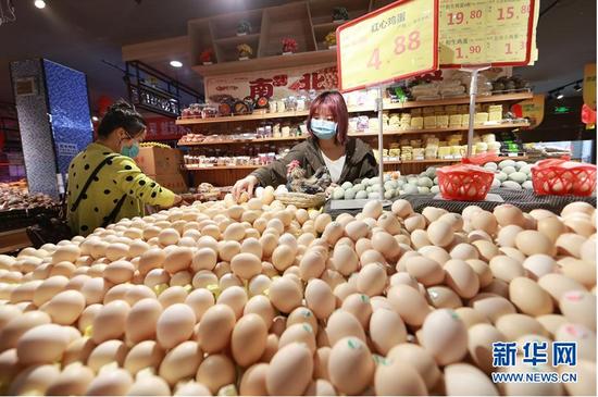 3月25日,市民在贵州省铜仁市玉屏侗族自治县一家超市内选购鸡蛋。