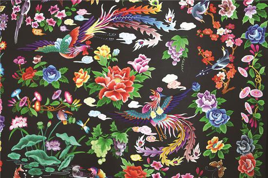 2006年6月,松桃苗绣被列入首批中国非物质文化遗产名录。图为苗绣披肩。贵州图片库供图