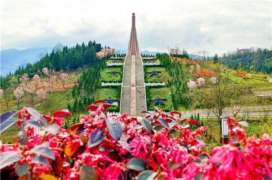 鸡鸣三省会议会址及纪念碑。(鸡鸣三省红色旅游景区供图)