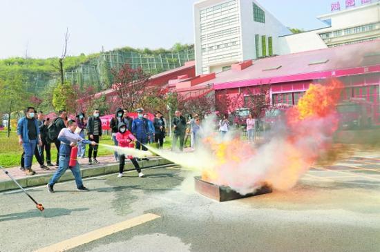 图为4月19日,贵安新区消防救援支队组织经营户开展灭火演练。