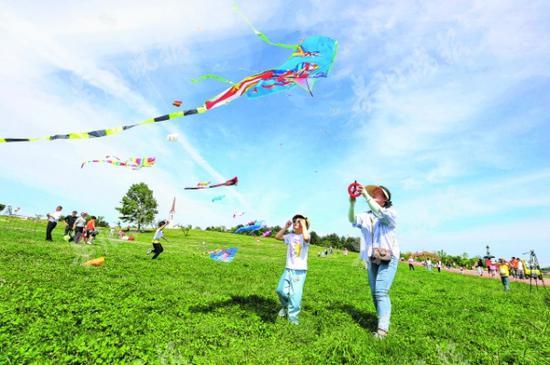 贵安新区云漫湖全民风筝节吸引众多游客参与体验 石照昌 摄