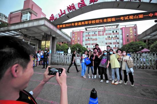 6月8日下午,高考结束后,考生在观山湖区第一高级中学考点前留影。 郑雄增 摄