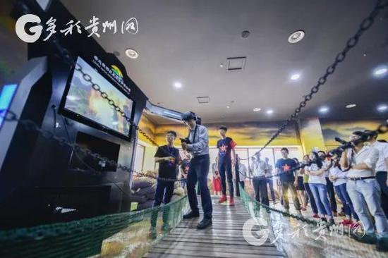 游客在体验《四渡赤水》数字旅游项目
