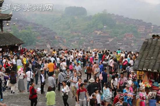 资料图:西江苗寨观景台上游客爆满