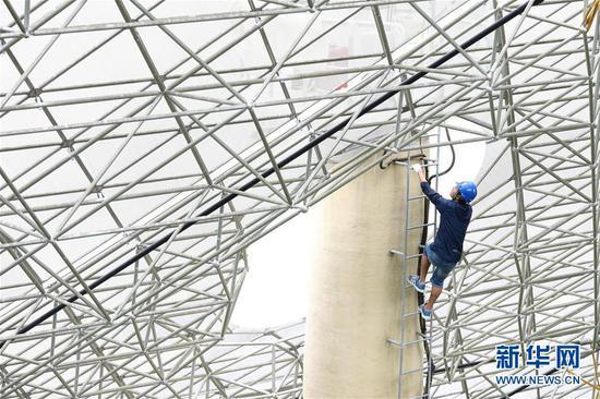 工作人员在对FAST反射面板进行检修