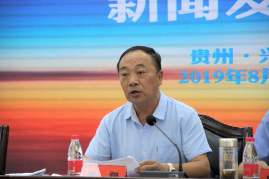 黔西南州教育局副调研员黄翔宣读宣讲活动方案