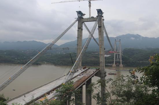 历时9小时 太洪长江大桥首段钢箱