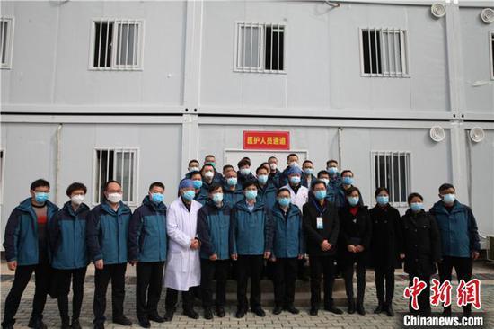 贵州省第四批支援湖北医疗队进驻雷山医院和鄂州市第三医院交接仪式在湖北省鄂州市鄂城区的雷山医院一期工程门口举行,图为双方合影。 石小杰 摄