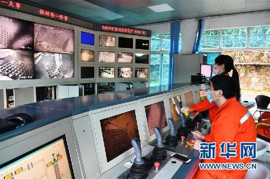 2月12日,在贵州磷化集团开磷有限责任公司马路坪矿指挥中心,工人在进行井下远程操控作业,挖掘生产化肥所需的矿石原料。新华社记者 杨文斌 摄