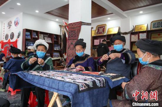 """图为贵州三都县""""家门口""""的马尾绣作坊。刘鹏 摄"""