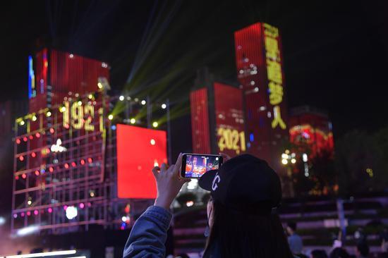 市民拍照打卡燈光秀 廖興丹 攝