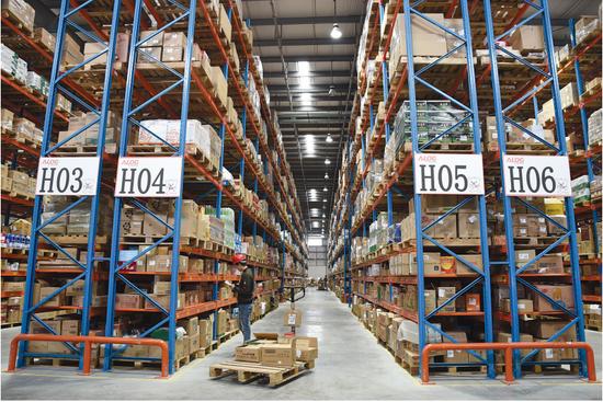 心怡科技股份有限公司仓库堆满货物。