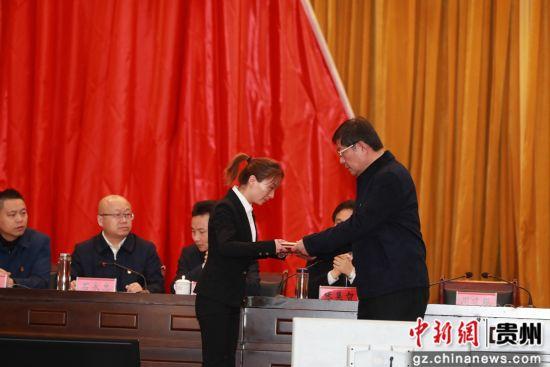 向耿展宇家属代表颁发荣誉证书。韩贤普 摄