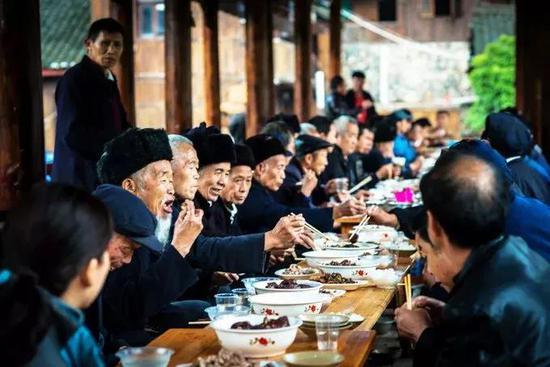 ▲长桌宴(蓝木 /摄)