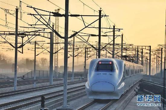 12月16日,一列动车组列车从成贵高铁毕节站内驶出。当日,成贵高铁全线通车。新华社记者 欧东衢 摄
