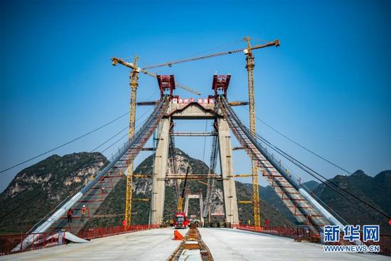这是建设中的兴义环高峰林特大桥(3月25日摄)。
