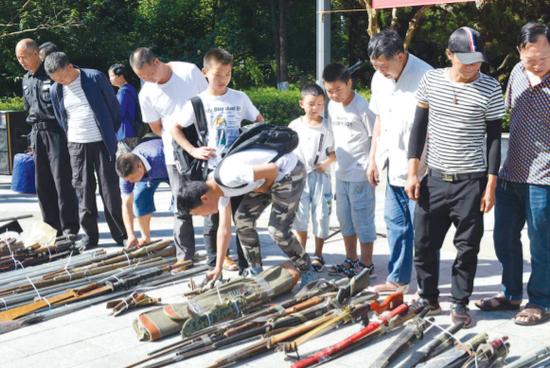 集中展示收缴的枪支。