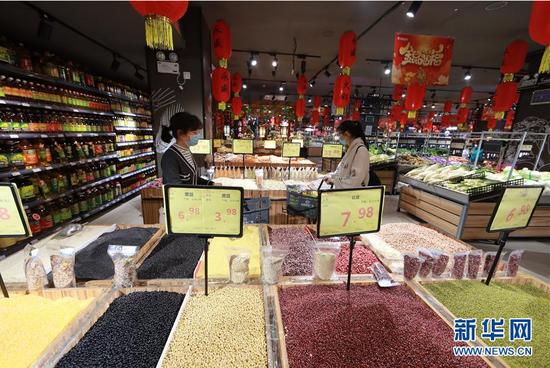 3月25日,市民在贵州省铜仁市玉屏侗族自治县一家超市内选购商品。
