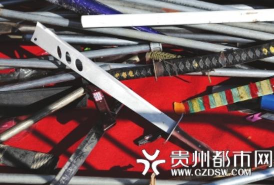 准备集中销毁的各类刀具。