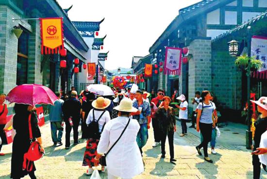 游客在寻味贵州景区游览。