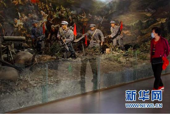 参观者在四渡赤水纪念馆内参观。(新华社记者欧东衢2021年4月22日摄)