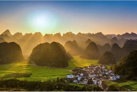 夕阳之下万峰林的群山环抱