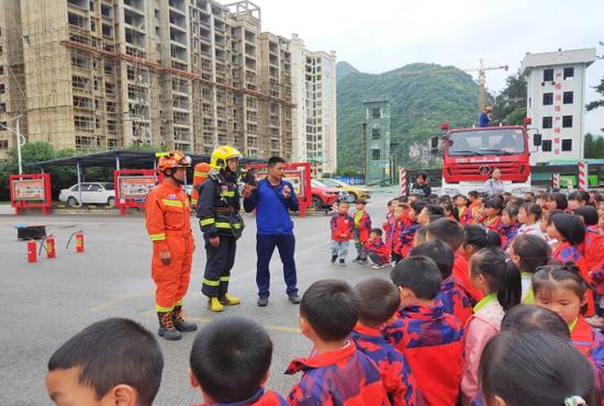 紫云格凸大道消防救援站对外开放 迎百名萌娃来参观