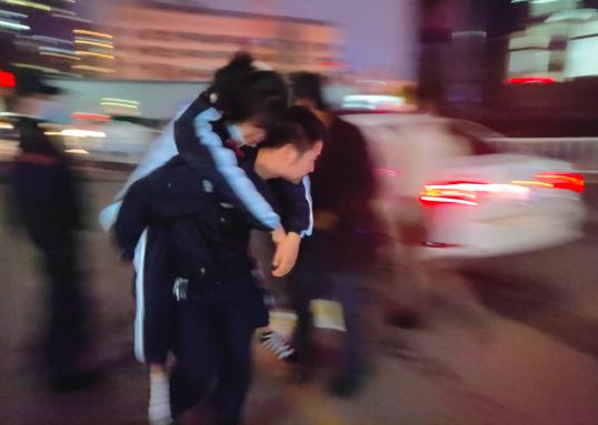 民警背着病重的孩子送入急诊。