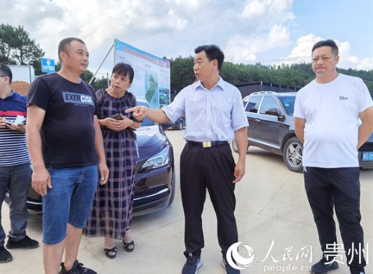 铜仁市人大常委会副主任、碧江区委书记陈代文到裕国菇业项目建设基地调研。廖凯 摄
