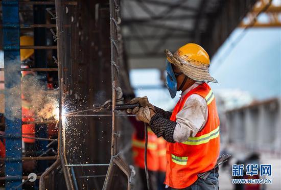 8月27日,在位于贵州遵义桐梓县兰海高速重遵段(贵州段)第五标段的工地上,工人在焊接T型梁钢筋