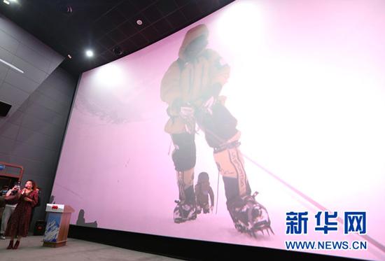 4月24日,贵州首位登上珠峰的女运动员黄春燕结合自己珠峰登山视频,介绍珠峰登山的艰辛和风险。新华网 黄勇 摄