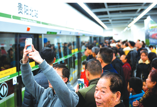 乘客乘坐地铁