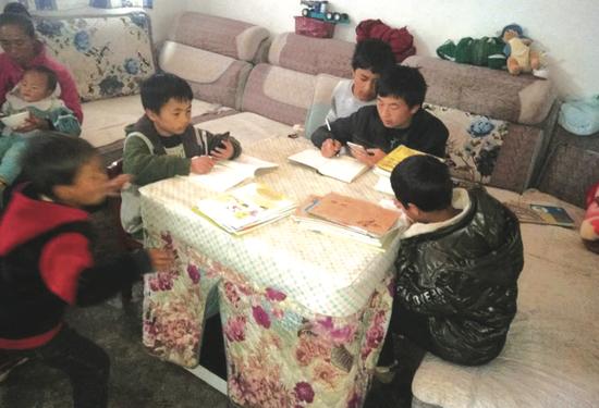 胡玉华带着弟弟们做作业