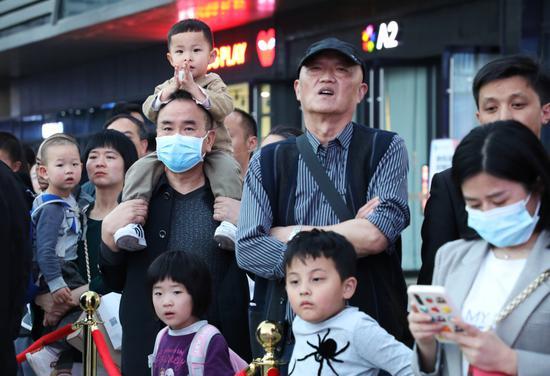 市民駐足觀看啟動儀式 葉舒 攝