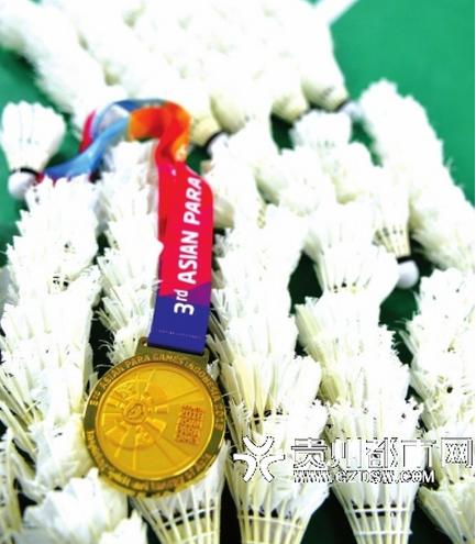 此次参加雅加达亚运会的整个中国代表团,唯一的两块站立金牌也是她俩拿到的。