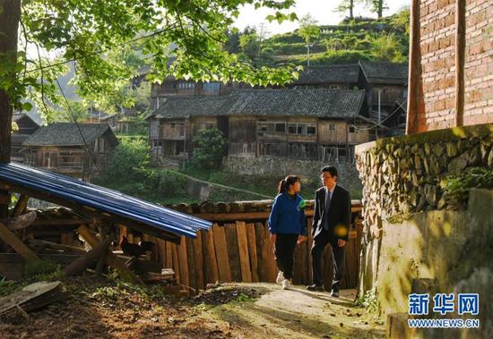 陈立群(右)在台江县台盘乡南庄村家访途中与学生交流(4月16日摄)。 新华社记者 杨文斌 摄