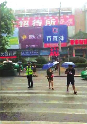 雨中执勤。(视频截图)