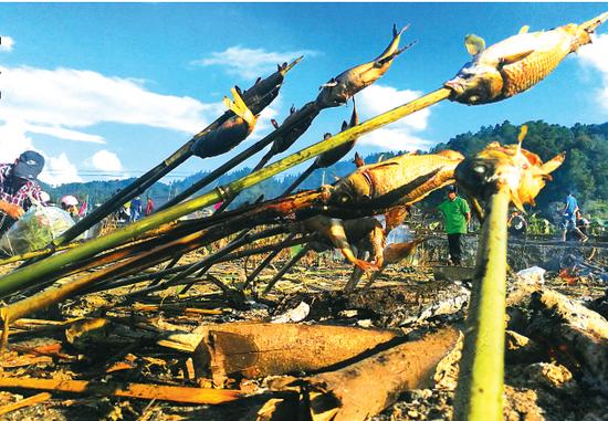 烧鱼节里的美食都在田里制作,这也是对土地的敬重。