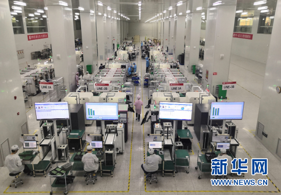 贵州铜仁高新技术开发区内,贵州倍易通科技有限公司员工正在生产线上工作。新华社记者 郑明鸿 摄