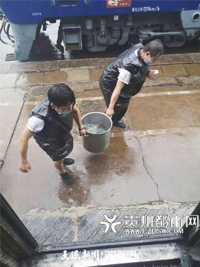 志愿者帮忙送水