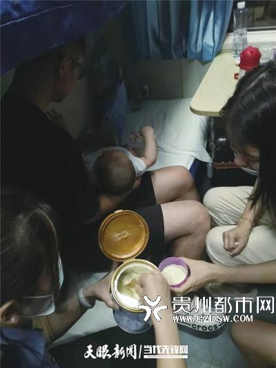 列车员为车上的小朋友冲奶粉