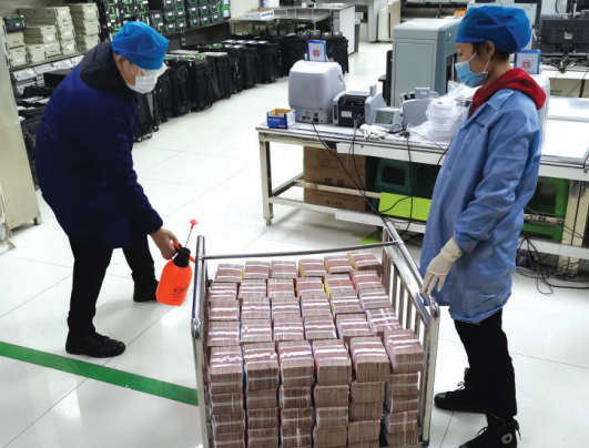 工作人员为现金消毒。